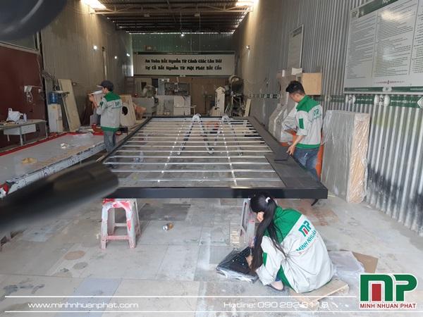 Hình ảnh nhân viên kỷ thuật của quảng cáo Minh Nhuận Phát đang tiến hành lắp đặt từng module để tạo nên một khối màn hình lớn.